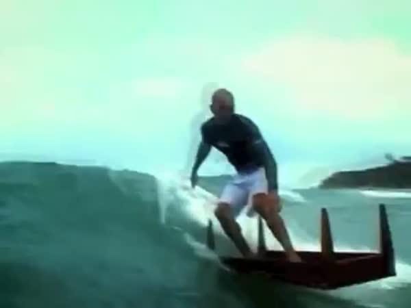 Surfování na stole