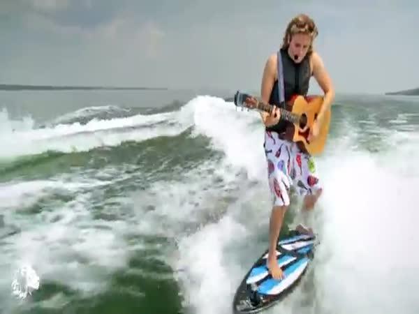 Zpěv a hra na kytaru při surfování