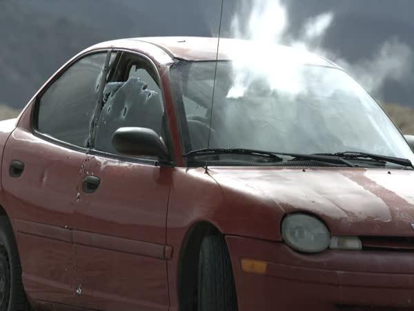 Auto vs. rotační kulomet