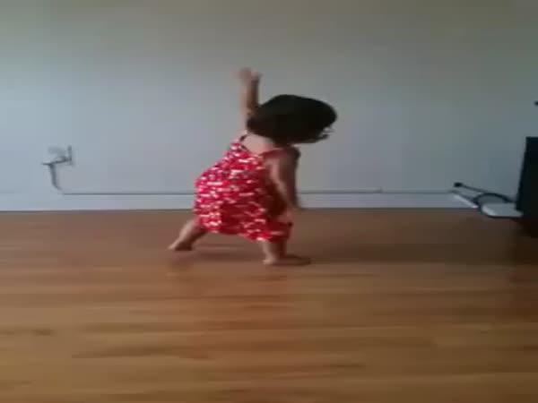 Malá roztomilá tanečnice