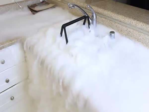 Pokus - Suchý led vs horká voda