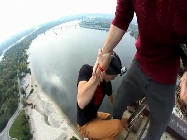 Nebezpečná vyhlídka z mostu