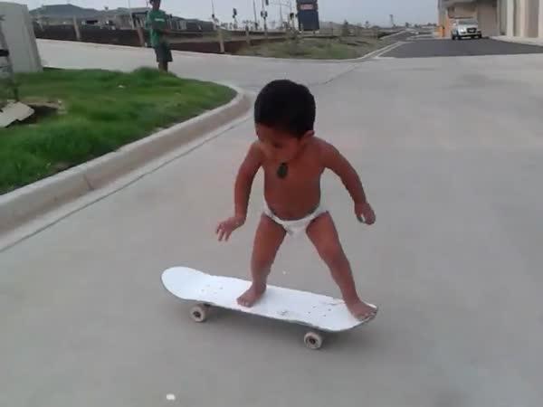 Prcek na skateboardu
