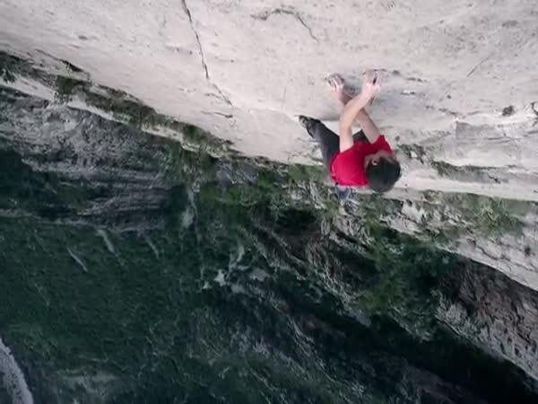Horolezec leze bez jištění