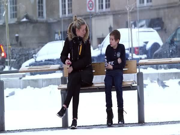 Pomohli byste mrznoucímu chlapci?