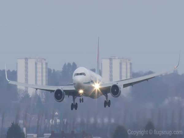 Boening 767 - přistávání za větru