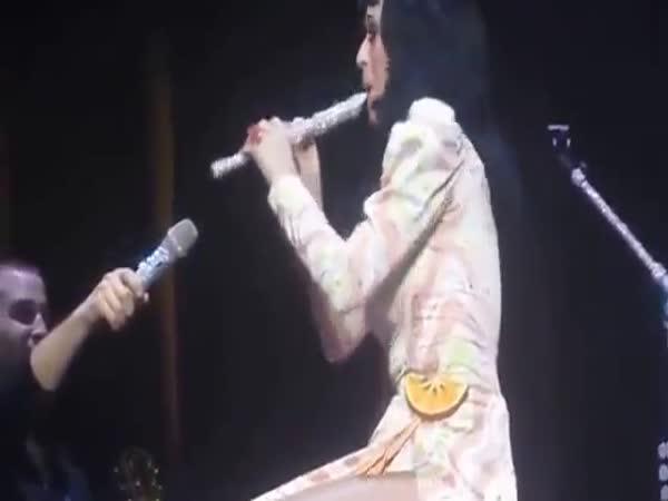 Katy Perry - hra na flétnu