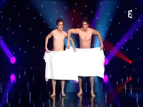 Zábavná show s ručníkem