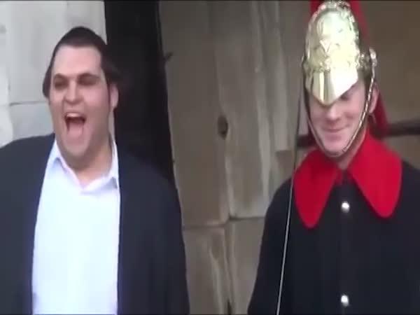 Rozesmání člena královské stráže