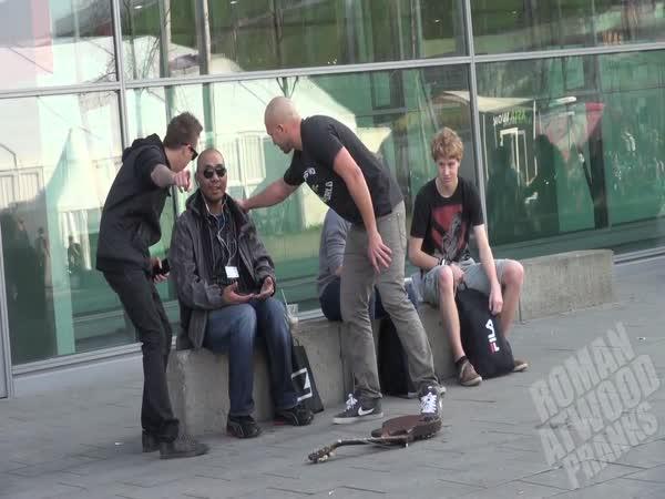 Nachytávka - rozbitá gitara