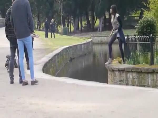 Idiot - Skok přes řeku