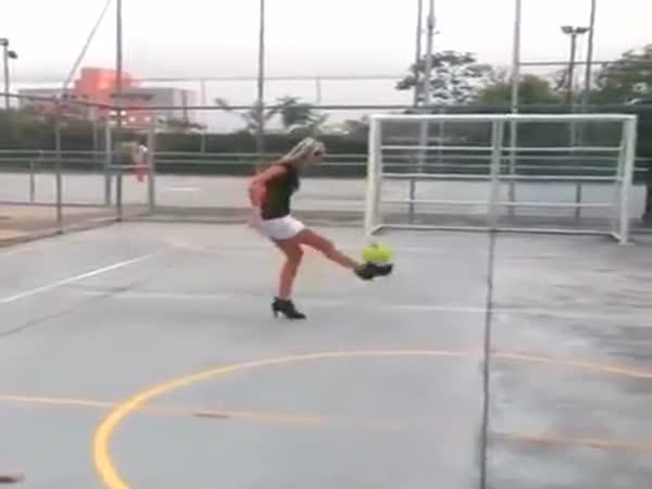 Slečna s míčem