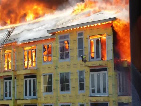 Záchrana dělníka z hořící budovy