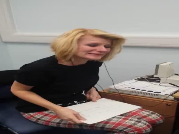 Žena poprvé slyší