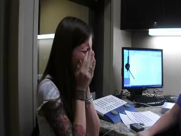 Žena ve 29 letech poprvé slyší