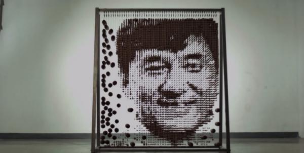 Portrét Jackieho Chana z hůlek