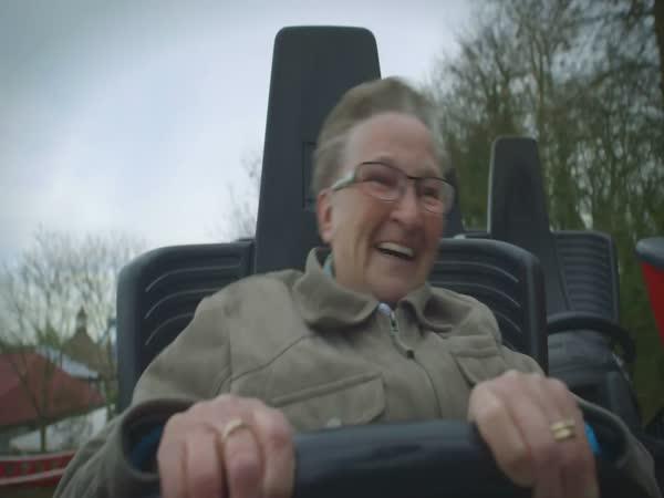 Babička poprvé na horské dráze