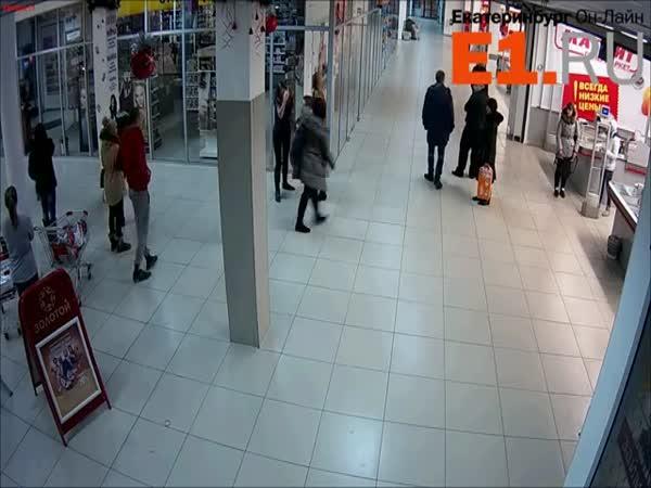 Rvačka v obchodě