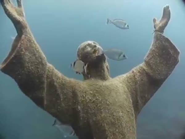 Socha Krista pod vodou