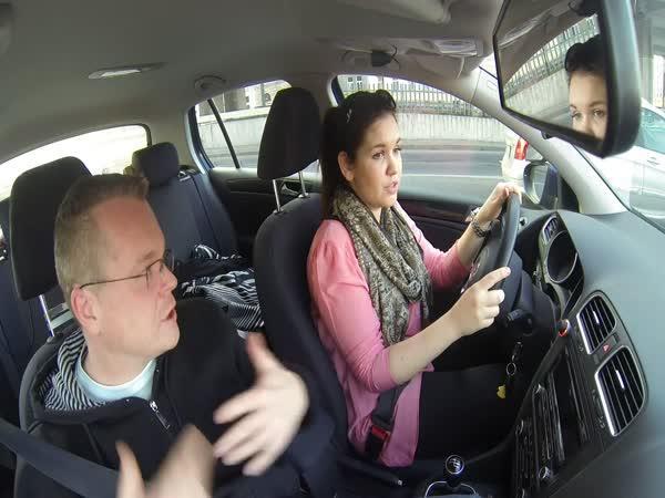 Autoškola - bruneta za volantem