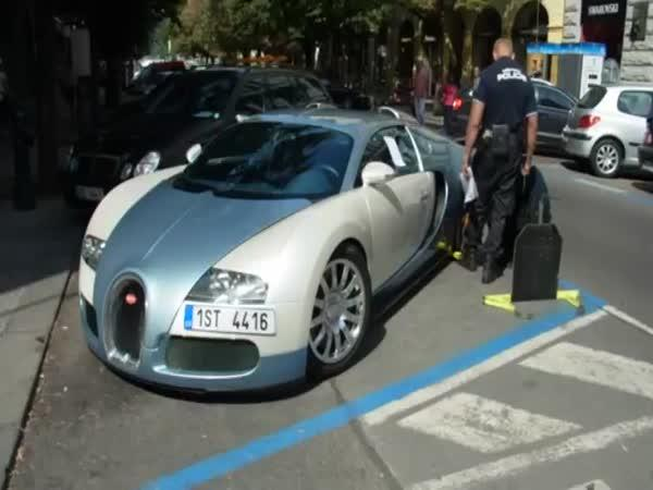 Bugatti Veyron vs. policie