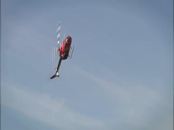 Neuvěřitelná akrobacie s vrtulníkem