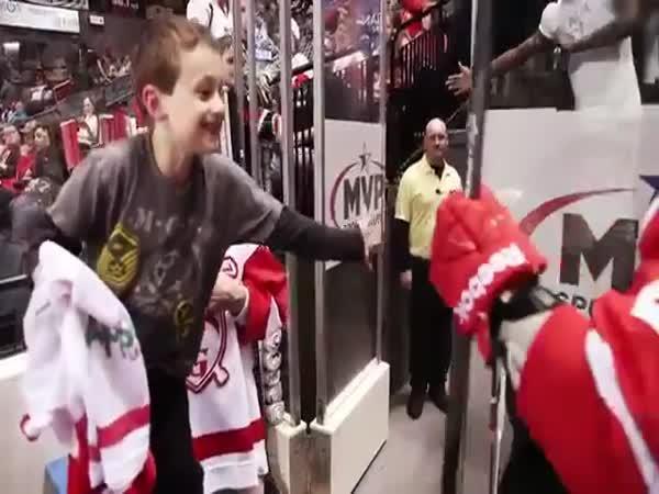 Jordin TooToo daroval svou hokejku