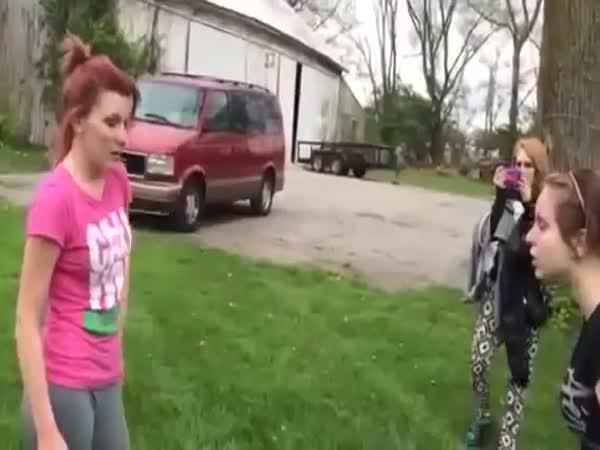 Lopatou do hlavy - Holčičí rvačka