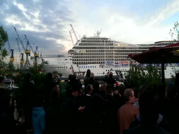 Písnička zahoukaná lodí