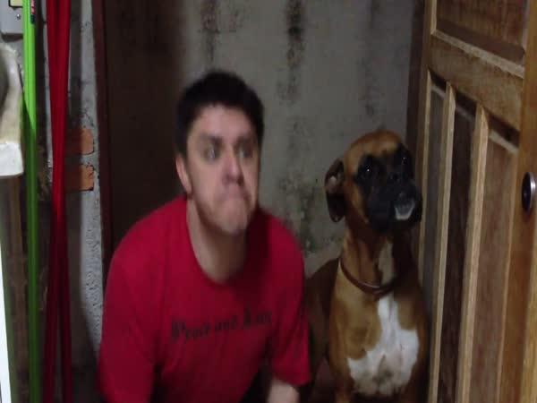 Muž, co napodobuje psa