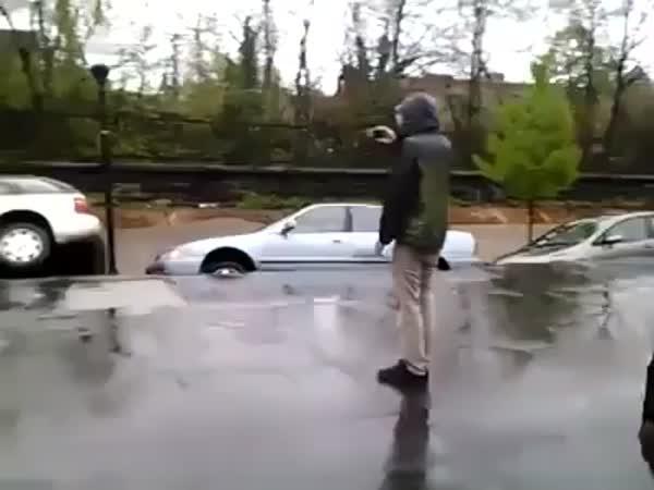 Sesuv půdy i s auty