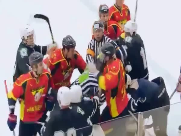 Když hokejovému rozhodčí rupnou nervy