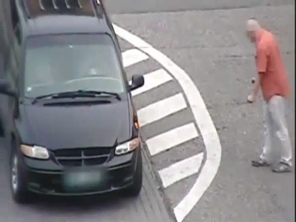 Muž vs. okénko u auta