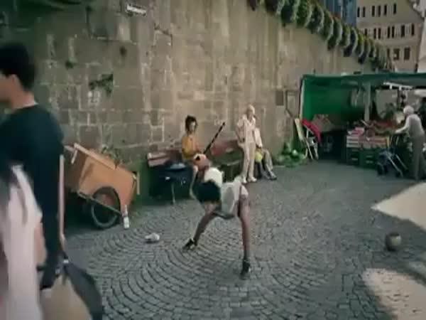 Úžasné triky s míčem na ulici