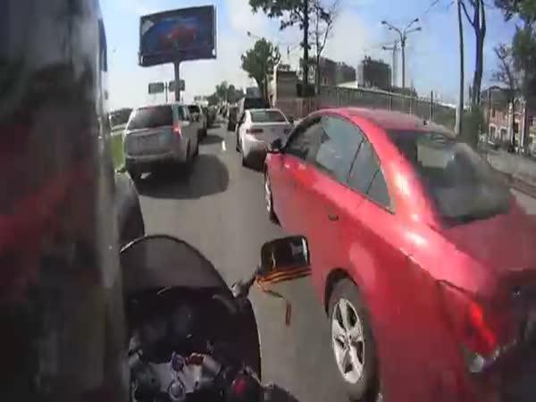 Drzý motorkář v zácpě