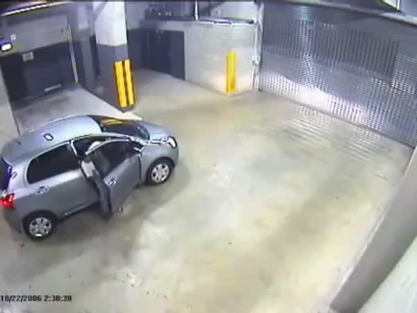 Blbý řidič vs. zavřená brána