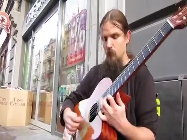 Neuvěřitelný borec - pouliční kytarista