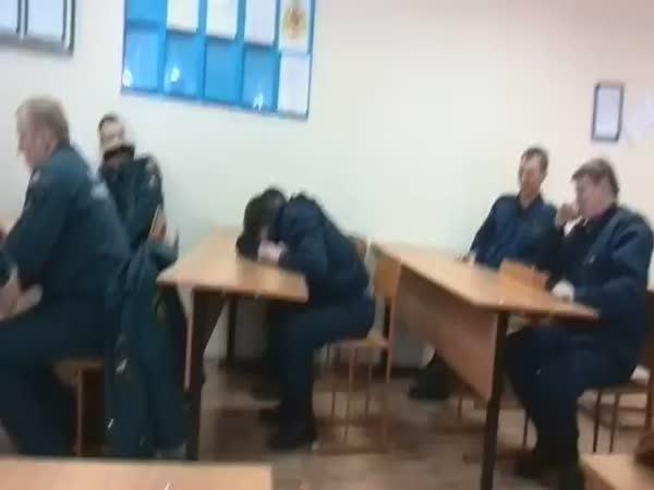 Jak vytrestat spícího kolegu