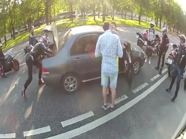 Bitka motorkáře s řidičem