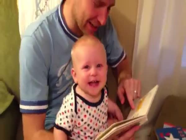 Dítě vidí poprvé knížku
