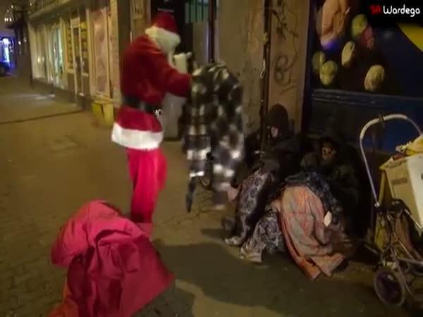 Santa naděloval dárky bezdomovcům