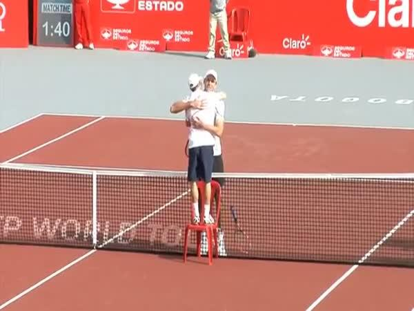 Objetí na konci tenisového zápasu