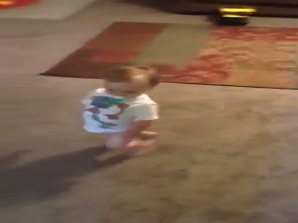 Chlapeček předvádí maminku