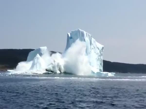 Ledovec se zřítil do moře