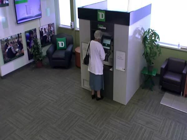 Děkující bankomat rozdával peníze