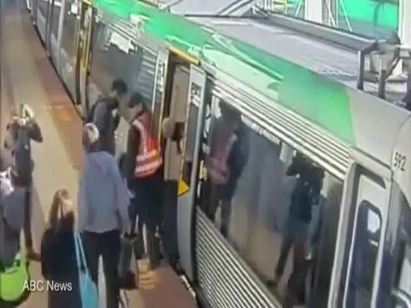 Lidé hnuli metrem a osvobodili muže