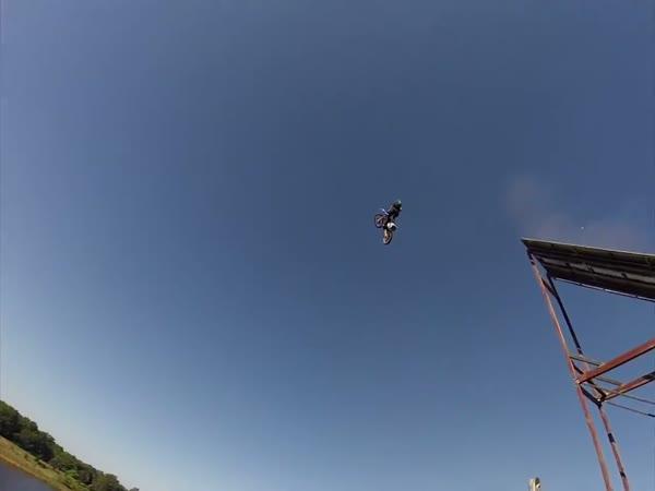 GoPro - Skok na motorce ze skály