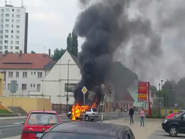 Česká republika - požár osobniho auta
