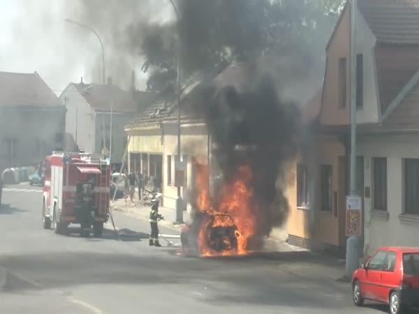 Požár osobního auta - Moravské Budějovice