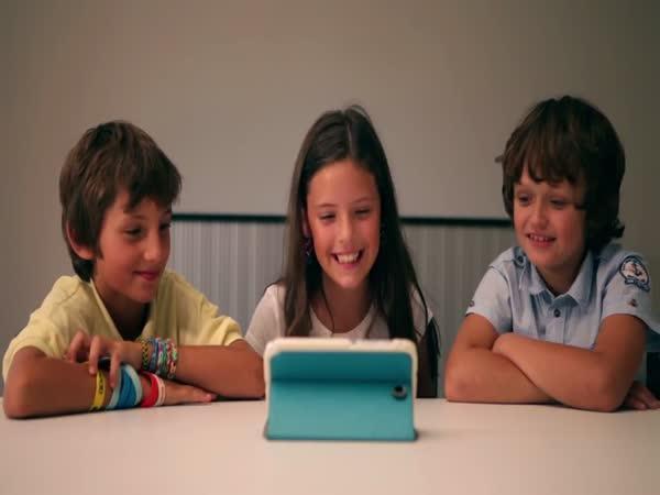 Děti se smějí premiéru Sobotkovi